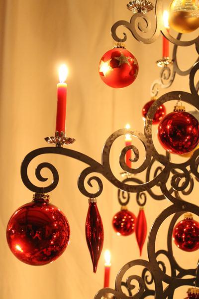 Weihnachtsbaum aus Metall mit Kerzen